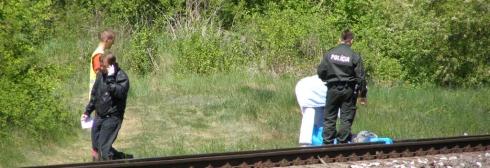 muž skočil pod vlak, neprežil